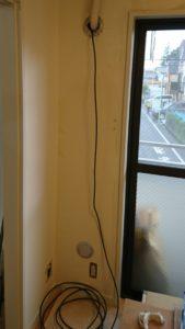 ③エアコンホースの穴からダランと垂らしたケーブルテレビのアンテナ線を隠します。