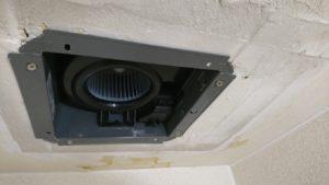 切り取ったボードを復旧させ、開口サイズに合った新しい換気扇と交換です。