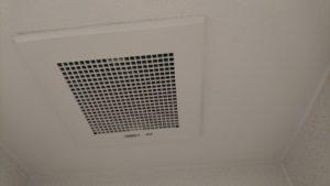 天井はクロス張替えて換気扇カバーを付けて出来上がりです。