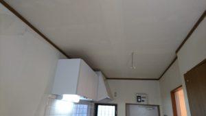 キッチンの天井も張り替えました。レンジフードの上が厄介です。