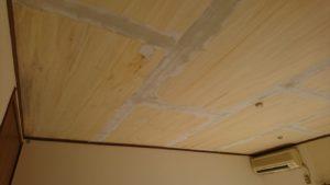 昨日の天井ベニヤのパテ打ちです。