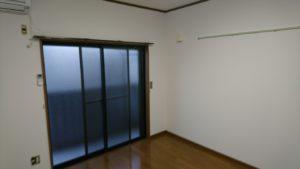 こちらの部屋はクロス張替え完了です。