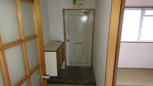 玄関収納を大型のものに付け替え、建具も交換しました。